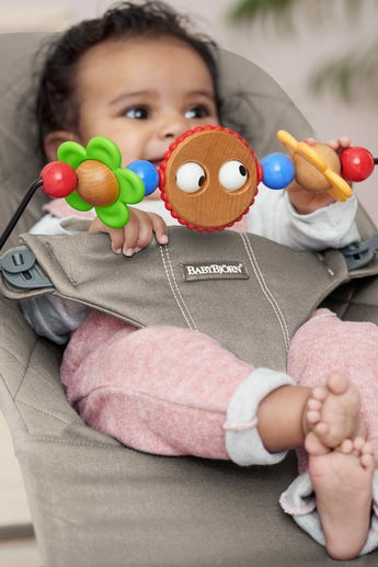 Babywippe Bliss Sandgrau Cotton mit Spielzeug Froehliche Augen - BABYBJÖRN