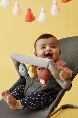 Babywippe Bliss Schwarzgrau in 3D Jersey mit Spielzeug Weiche Freunde - BABYBJÖRN