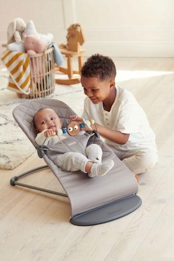 Babywippe Bliss in SandGrau Cotton mit Spielzeug Fröhliche Augen in Pastellfarben - BABYBJÖRN