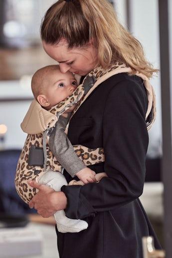Babytrage One i Beige/Leopard Baumwolle - BABYBJÖRN