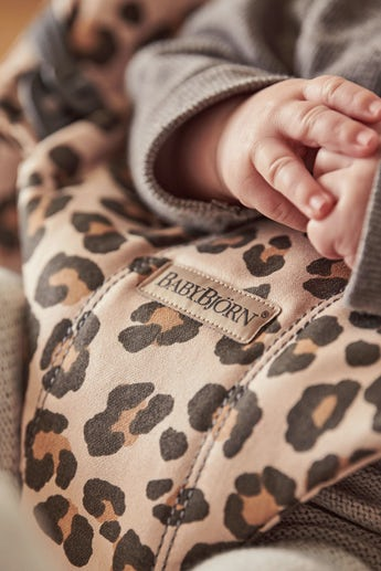 Babywippe Bliss in Beige/Leopard Cotton - BABYBJÖRN