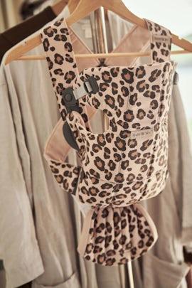 Bärsele Mini i Beige/Leopard cotton - BABYBJÖRN