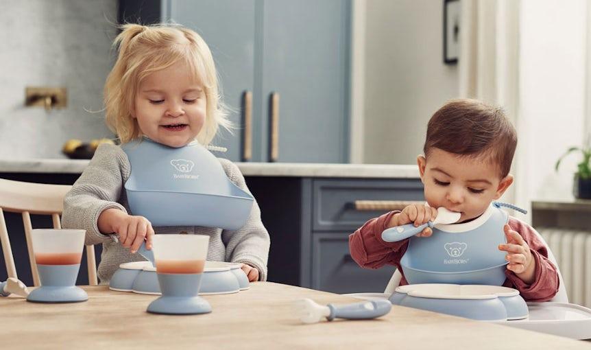 Barnservis i blekblå med haklapp och liten haklapp - BABYBJÖRN