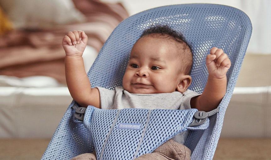Zum Spielen gemacht - BABYBJÖRN Babywippe Bliss in luftigem Mesh mit schöne Spielzeuge dazu