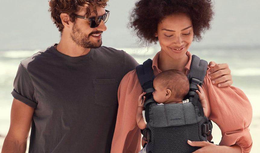 ! Le Porte-bébé Harmony est un porte-bébé polyvalent et ultra confortable, fabriqué dans un tissu mesh doux, qui enveloppe délicatement bébé.
