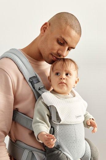 Babytrage Harmony Silber mit Lätzchen kombiniert
