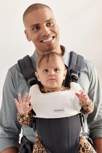 Babytrage Harmony Antrazitgrau mit Lätzchen kombiniert