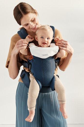 Babytrage Harmony Marineblau mit Lätzchen kombiniert